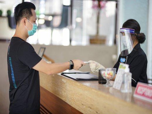 Hotel Raffleshom Bandung - menyerahkan kunci kepada tamu hotel