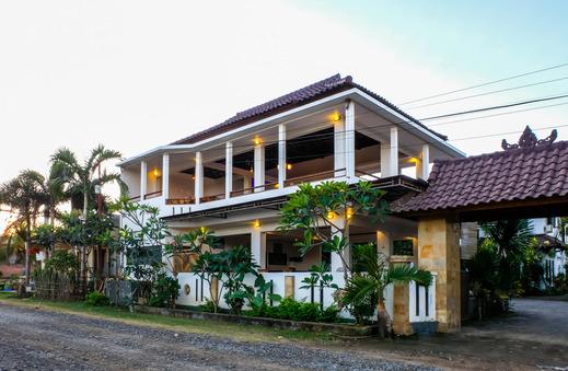 OYO 953 Family Beach Hotel Lombok - Facade