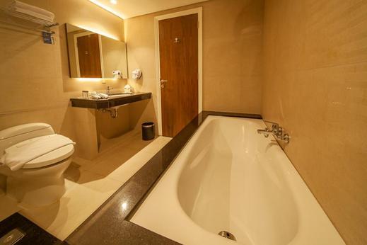 Avenzel Cibubur Managed by Topotels Bekasi - Bathroom