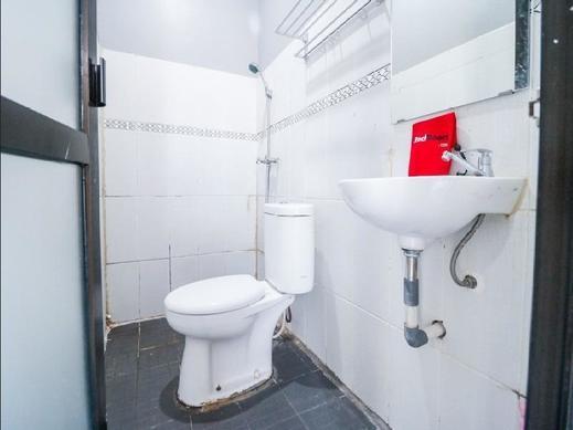 RedDoorz near Terminal Batu Ampar Balikpapan - Bathroom