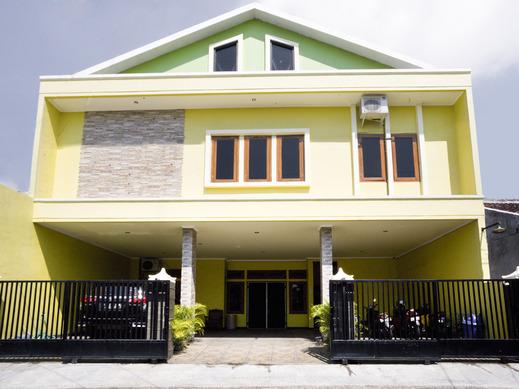 OYO 3516 Kinawa Family Homestay Madiun - Facade