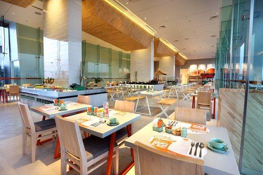 HARRIS Hotel Surabaya - HARRIS Cafe