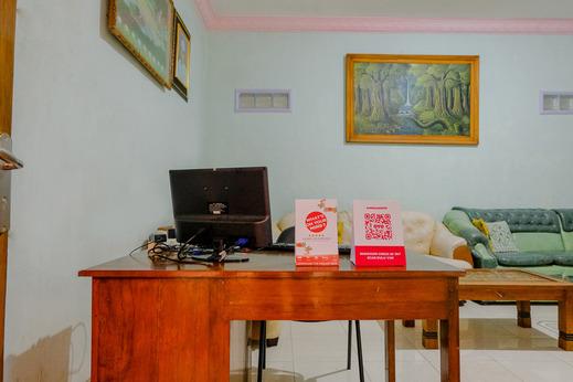 OYO 1689 Sumber Urip Family Homestay Syariah Malang - Reception