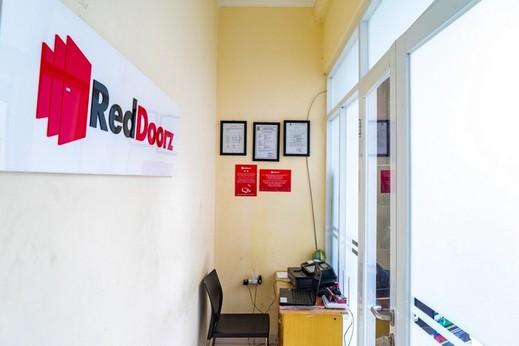 RedDoorz near CBD Ciledug Tangerang - photo