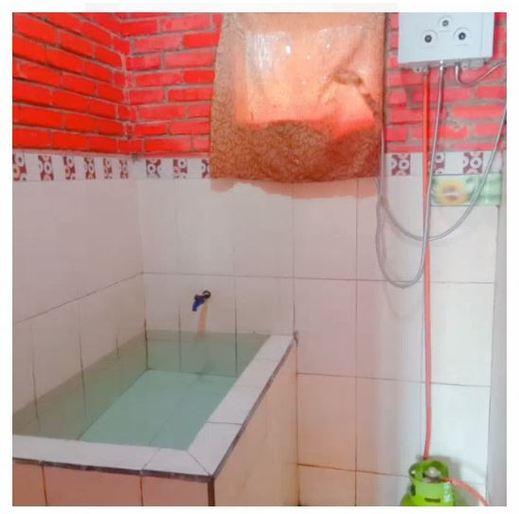 Villa Raisa Mojokerto - Bathroom