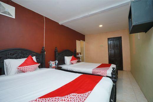 OYO 927 Carina Hotel Mojokerto - Bedroom