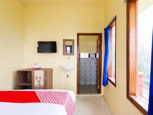 OYO 2957 Erlina Homestay Pasuruan - Standard Double Bedroom