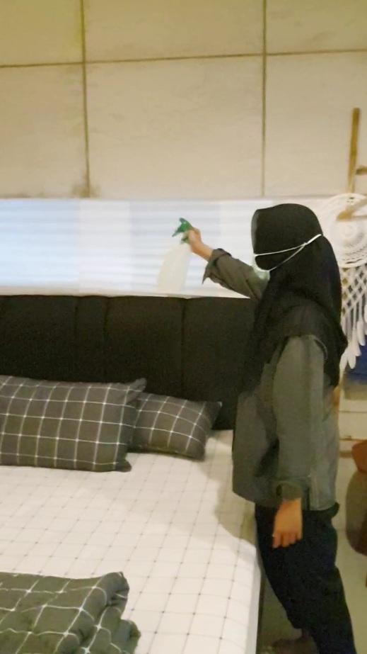 Mashbrow Hostel Yogyakarta - Penyemprotan disinfektan di kamar