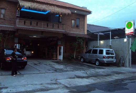 Horton Hotel Cirebon - Parking Area