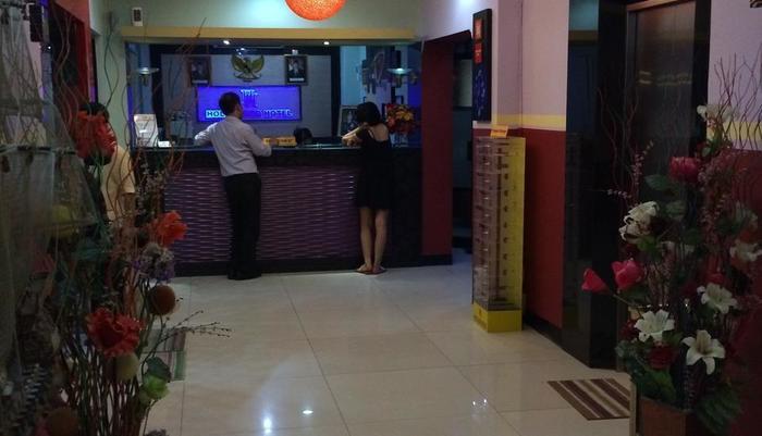 Hollywood Hotel Jakarta - Receptionist
