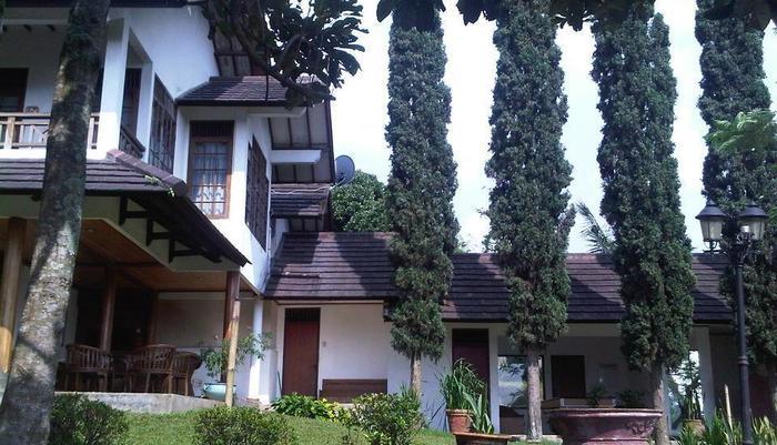 Villa Damos Bandung - Taman