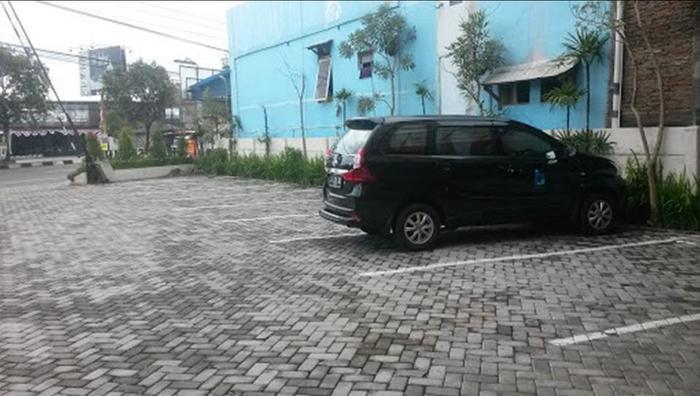 Hotel Srikandi Bandara Jogja - Parking Area