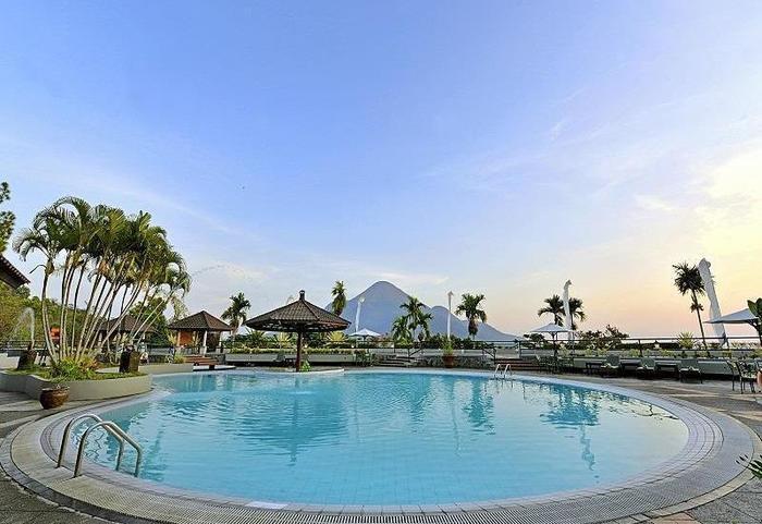 Grand Whiz Hotel Trawas Mojokerto - Kolam Renang