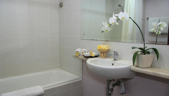 Grand Santhi Hotel Denpasar - Bathroom