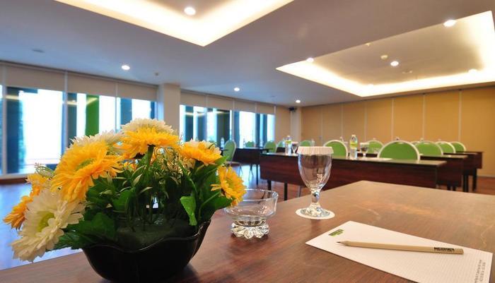 MaxOneHotels at Kramat Jakarta - Meeting room