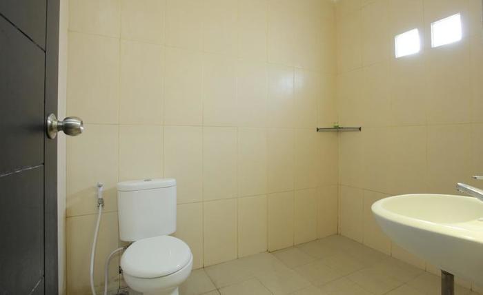 RedDoorz @Nakula Timur Bali - Bathroom