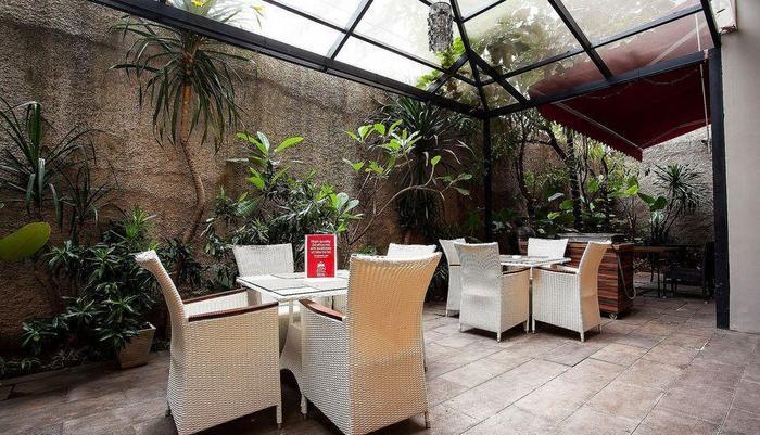 ZEN Premium Blok M Palatehan Jakarta - Kafe Luar