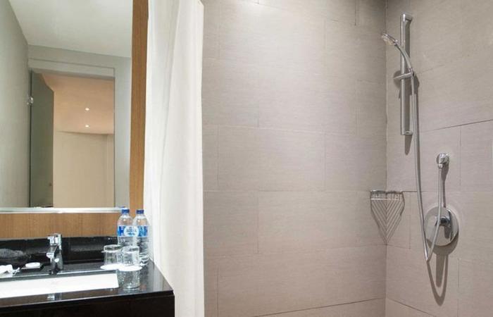 BATIQA Hotel Cirebon - shower