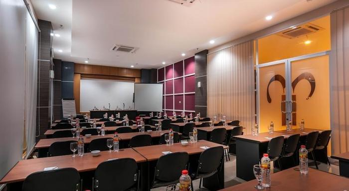 Tree Hotel Makassar - Meeting Room