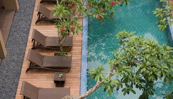 Hotel Santika Kuta Bali - Kolam Renang disertai kursi santai