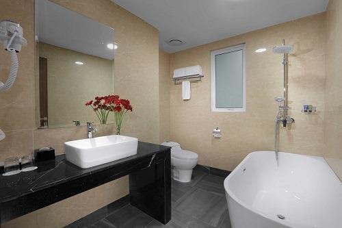 Aston Batam - Bathroom 3 Bedroom Apartment