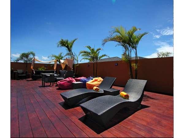 The Tusita Hotel Bali - Kursi berjemur di kolam renang atap