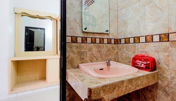 RedDoorz @Poppies Lane 1 Bali - Bathroom