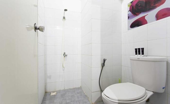RedDoorz Apartment @Sentra Timur Jakarta - Kamar mandi