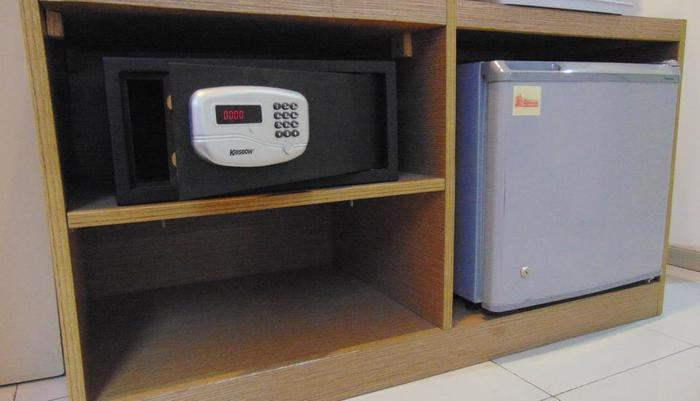 Smart Hotel Jakarta - Kulkas dan brankas di kamar Premier Double
