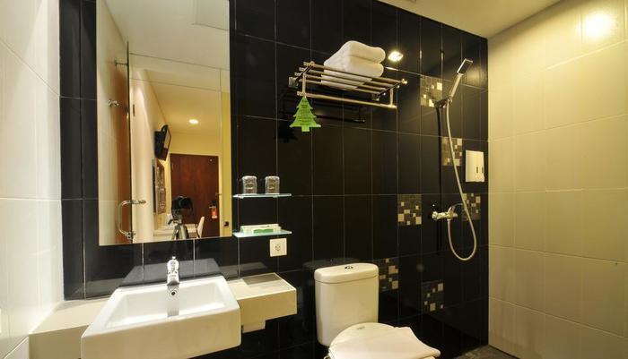 Hotel Pyrenees Jogja - Kamar Mandi Superior