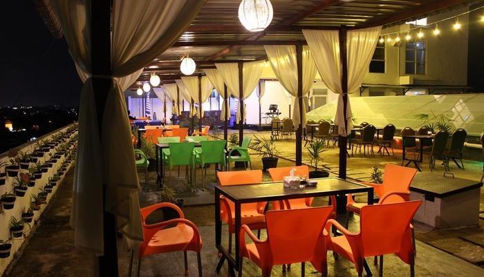 Maestro Hotel Kota Baru Pontianak - Terrace Garden
