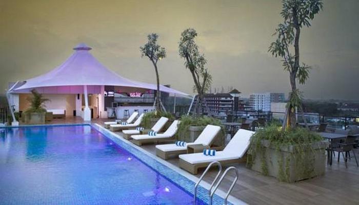 Premier Inn Yogyakarta Adisucipto - Pemandangan yang mengagumkan bar dan kolam renang dari lantai teratas