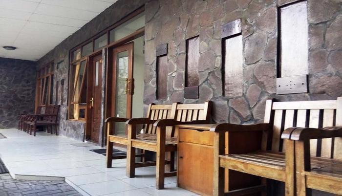Hotel Buah Sinuan Bandung - Teras Depan Kamar menghadap ke Parkiran Mobil