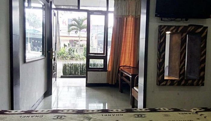 Hotel Buah Sinuan Lembang - FAMILY ROOM WITH FRONT TERRACE & LARGE BED SIZE FOR 5 PERSONS