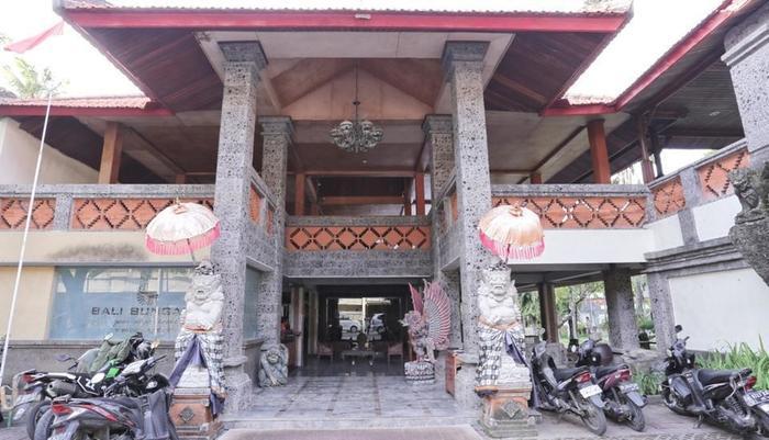RedDoorz Near Kuta Beach Bali - Eksterior