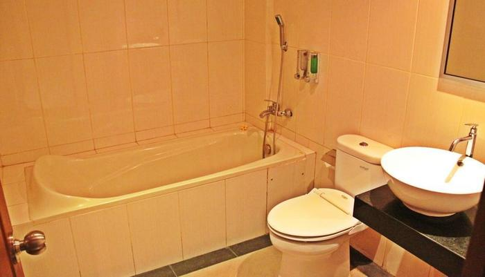 Luxio Hotel Bali - kamar mandi dengan bak mandi