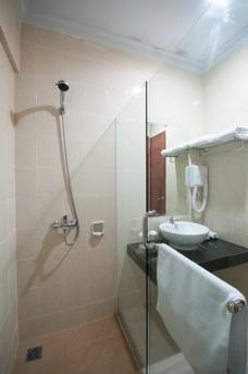 Bella Hotel Surabaya - Kamar mandi dengan shower