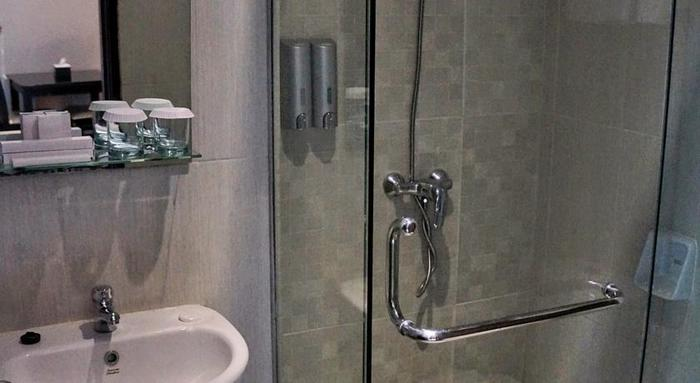 Royal Suite Condotel Medan - bahroom