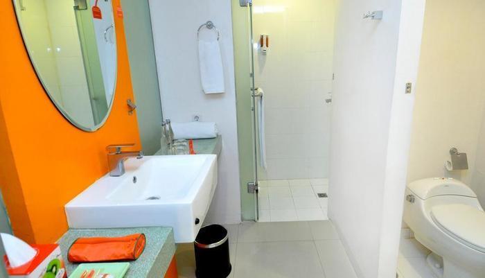 HARRIS Hotel Kuta - Ruang kamar mandi