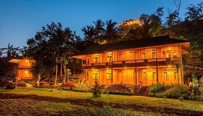 Botanica Nature Resort Bitung - Cannarium, Cassia dan Ruang Serba Guna pada malam hari