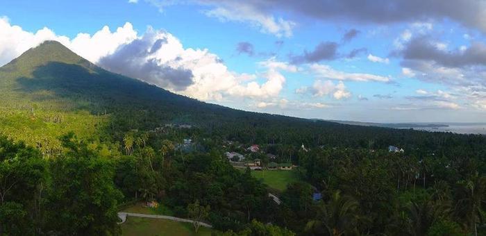 Botanica Nature Resort Bitung - Pemandangan dari Ruang Serba guna ke teluk lembeh dan gunung Dua Sodara