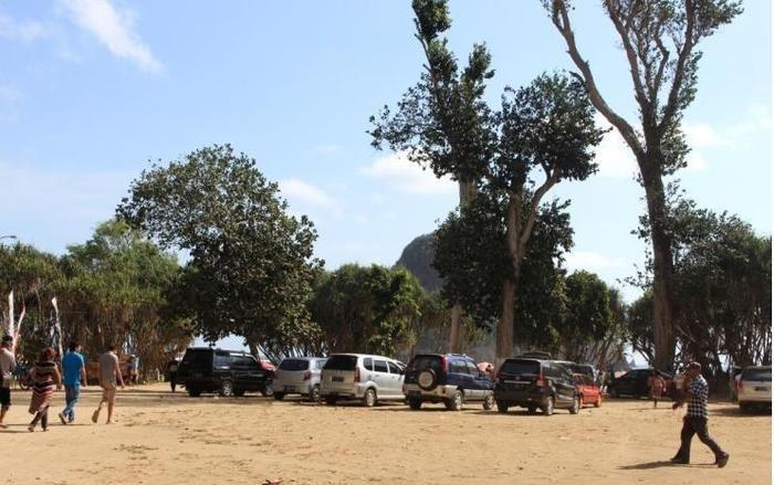Red Island Jessi's Beach House Banyuwangi - Parking Area