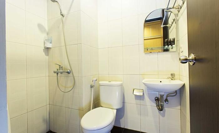 RedDoorz Taman Kebon Sirih Jakarta - Kamar mandi