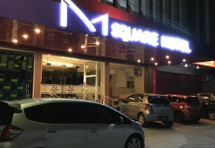 M Square Hotel Palembang - Pintu masuk utama di malam hari