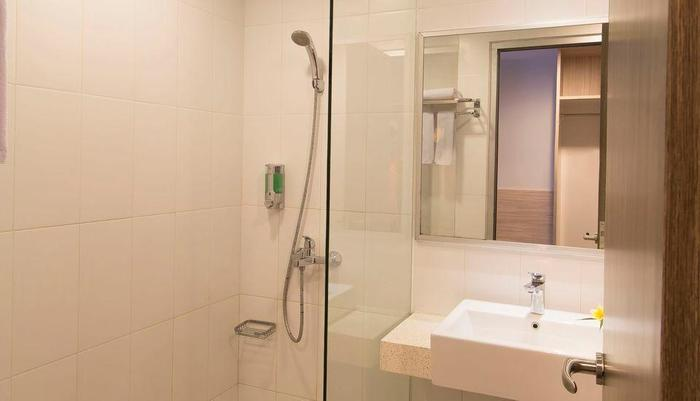 Burza Hotel  Yogyakarta - Bathroom