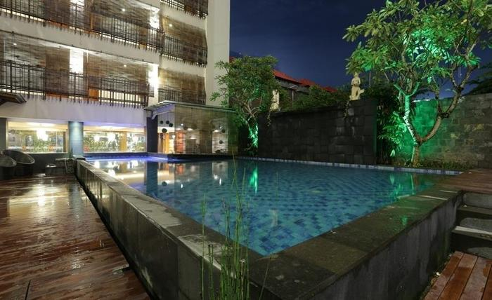 RedDoorz @Sunset Road Kuta Bali - Kolam Renang