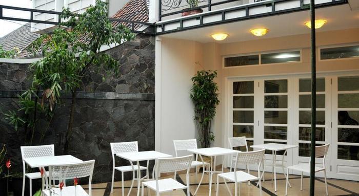 La Nostalgie Guest House Bandung - Teras