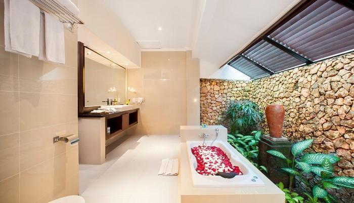 Holiday Resort Lombok - Beach Bungalow Bathroom