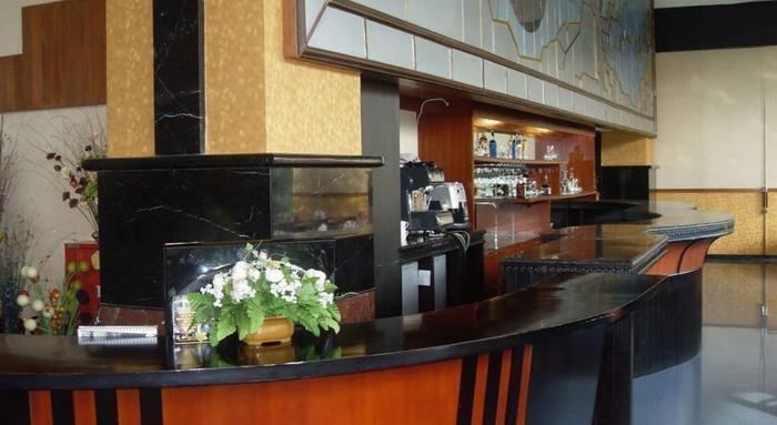 Oval Hotel Surabaya - Restaurant
