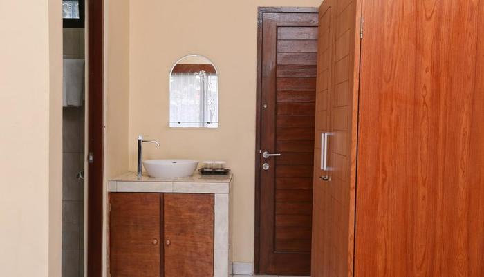 RedDoorz @ Raya Pantai Berawa Bali - Kamar mandi